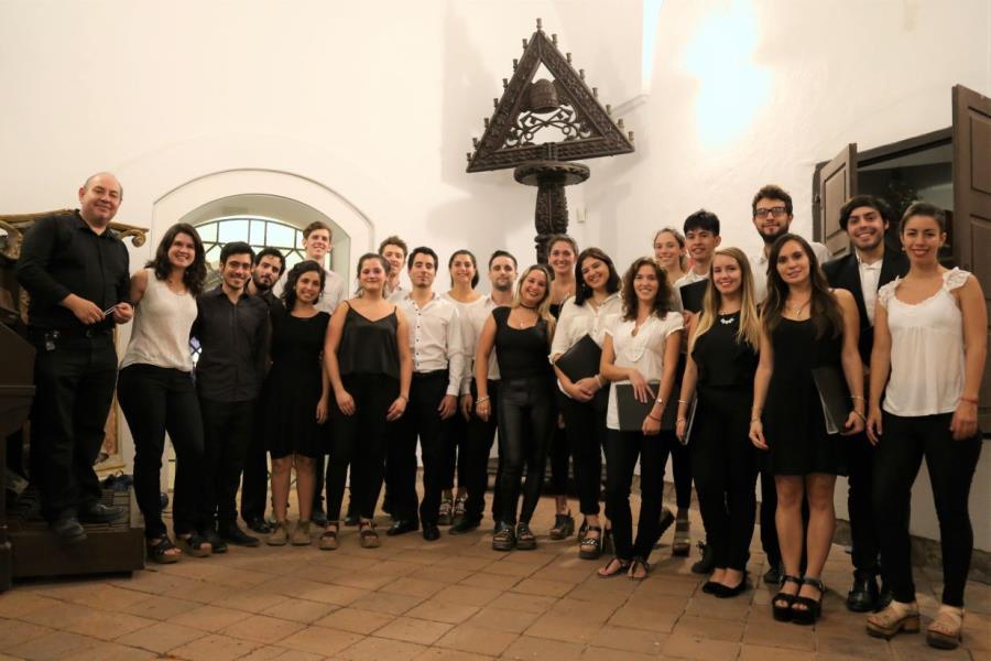 El Coro de Jóvenes Municipal y la Camerata Vocal Cba juntos.