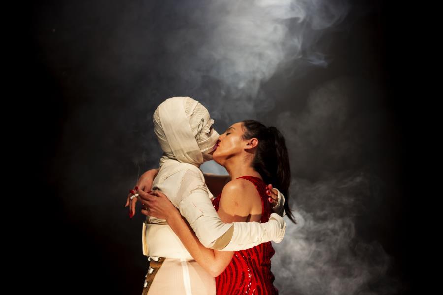 """""""Nunca nadie murió de amor excepto alguien alguna vez""""  de  La Mucca Teatro"""